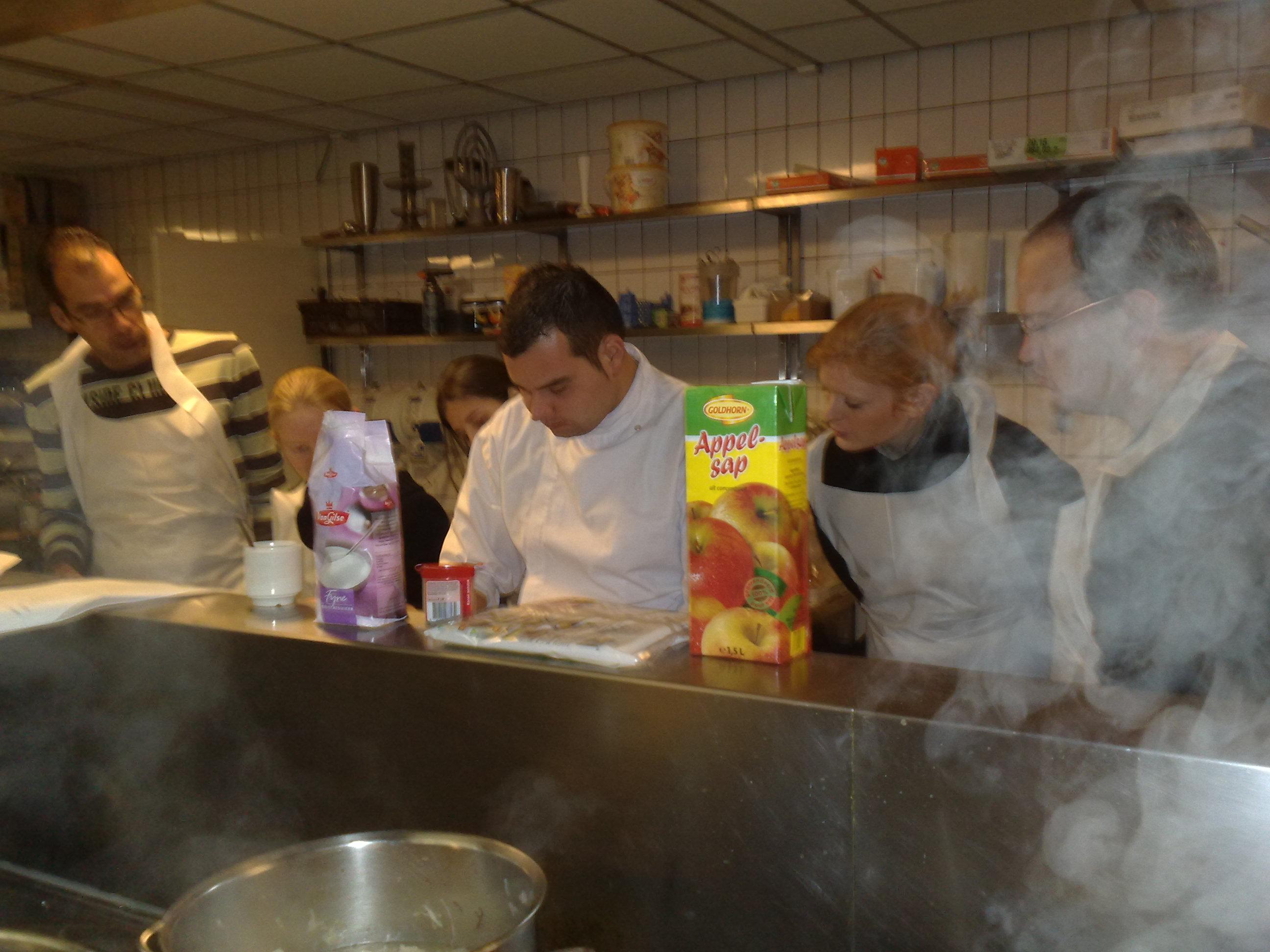 Een keuken vol mensen